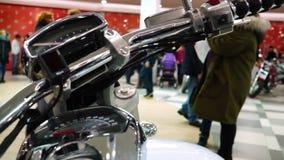 Lipetsk, Russische Föderation - 13. Januar 2018: Ausstellung von Motorrädern, menschliche Hand ist eine Drossel auf Lenkstangen v stock video