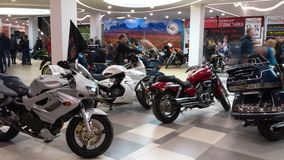 Lipetsk, Russische Föderation - 13. Januar 2018: Ausstellung von Motorrädern, Timelapse-Video des Leuteblickes auf Motorräder stock video footage