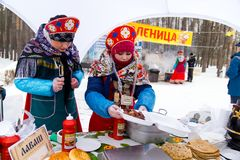 LIPETSK, RUSSLAND - 18. Februar 2018: Leute auf Maslenitsa Russischer heidnischer Feiertag Lizenzfreie Stockfotos