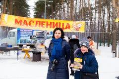 LIPETSK, RUSSLAND - 18. Februar 2018: Leute auf Maslenitsa Russischer heidnischer Feiertag Lizenzfreie Stockbilder