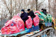 LIPETSK, RUSSLAND - 18. Februar 2018: Leute an einem russischen heidnischen Feiertag Anziehungskraft Maslenitsa Lizenzfreies Stockbild
