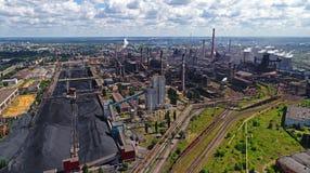 Lipetsk Ryssland - Juli 11 2017: Metallurgical grupp för växt NLMK Allmän sikt från höjd Royaltyfri Bild