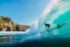 LIPIEC 29, 2018 bali Indonesia Surfingowiec przejażdżka na baryłki fala Fachowy surfing w oceanie przy dużymi fala obraz royalty free