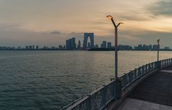 15 Lipiec, 2018 Chiny, Suzhou miasto, Jinji jezioro Panoramiczny widok piękny zmierzchu pejzaż miejski Bramy wschodni budynek obrazy royalty free