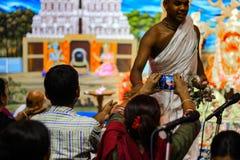 Lipiec 2018, Durgapur, Zachodni Bengalia, India Dewotki klika fotografie Purohit panda przy Rath Yatra festiwalem podczas nocy Ra obrazy stock