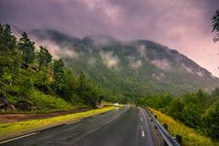 Lipiec 21, 2015: Halna droga na Norweskiej wsi, Norwegia Fotografia Royalty Free