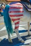 LIPIEC 4, 2016 koń z czerwonych i bielu lampasami - mieszkanowie Ojai Kalifornia świętują dzień niepodległości - Zdjęcia Stock