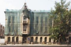 Lipiec 25, 2018 krasnoyarsk Rosja Biuro firmy poczta Rosja w starym budynku zdjęcie royalty free