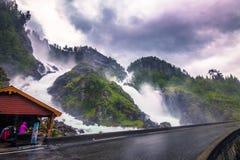 Lipiec 21, 2015: Latefossen waterfals w norweskiej wsi Zdjęcie Royalty Free