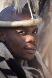 04 Lipiec, 2015 - Lesedi, Południowa Afryka Mężczyzna z etnicznymi akcesoriami lider plemienny Zdjęcia Royalty Free