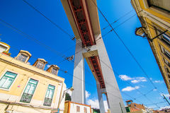 10 2017 Lipiec - Lisbon, Portugalia 25 De Abril Przerzucający most są bridżowy łączący miasto Lisbon zarząd miasta Almada dalej Zdjęcie Stock