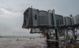 15 Lipiec, 2018 Macao lotnisko międzynarodowe Jetway czekanie dla samolotu przyjeżdżać na lotnisku na deszczowym dniu fotografia stock