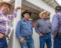 LIPIEC 22, 2017 NORWOOD KOLORADO - kowboje przy koncesja stojakiem przy San Miguel Basenowym rodeo, San Miguel Rywalizacja, kowbo zdjęcie stock