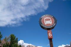 LIPIEC 17 2018 - SPRINGDALE, UTAH: Zion parka narodowego wahadłowa Autobusowa przerwa podpisuje wewnątrz Springdale Utah zdjęcia stock