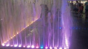 20 Lipiec, 2018 Suzhou miasto, Chiny Chińscy dzieci bawić się w iluminującej wodnej fontannie plenerowej na lata ` s wieczór zbiory wideo