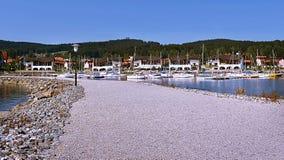 2015-07-04 Lipno nad Vltavou,捷克共和国-向小游艇船坞的石道路水库的 免版税库存图片