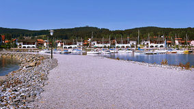 2015-07-04 Lipno nad Vltavou, república checa - trajeto de pedra ao porto nas reservas de água Imagem de Stock Royalty Free