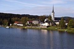 Lipno vattenbehållare och Frymburk by med kyrkan royaltyfri foto