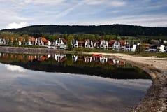 Lipnotoevlucht met zandig strand, Lipno-dam en heuvel royalty-vrije stock afbeelding