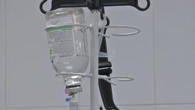 Liposuction abdominal Botella de la infusión del foco selectivo con IV la solución en el cuarto paciente metrajes