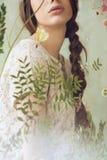 Lippen der Frau im Spitzenoberteil hinter dem Fenster mit Blumen Stockbild