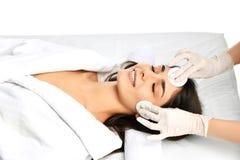 Lippen en van de de plastische chirurgieschoonheid van de rimpelkosmetiek gezicht van de het concepten het jonge donkerbruine vro Stock Afbeeldingen