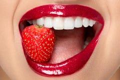 Lippen Frau mit rotem Lippenstift und Erdbeere stockbild