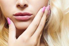 Lippen, spijkers en haar van mooie blonde vrouw Royalty-vrije Stock Foto's