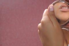 Lippen werden in einem Spiegel reflektiert Lizenzfreie Stockbilder