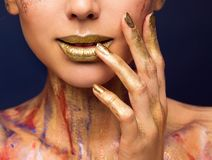 Lippengoldfarbe, Mode-Schönheits-Make-up, Frau gemalte Gesichts-Nägel lizenzfreies stockfoto