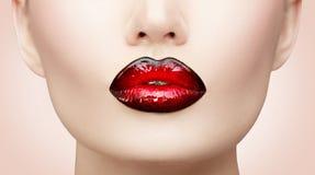 Lippenmake-up Schönheitshaute couture-Steigungslippenmake-upprobe, schwarz mit roter Farbe Sexy Mundnahaufnahme lizenzfreies stockbild