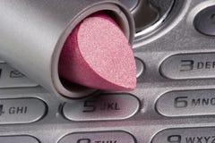 Lippenstift auf Mobiltelefon Lizenzfreie Stockfotos