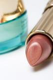Lippenstift en kruik gezichtsroom Stock Afbeeldingen