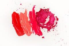 Lippenstift en lipgloss, dalingen en slagen van verschillende schaduwen om verschillende beelden in make-up tot stand te brengen royalty-vrije stock foto's