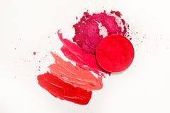 Lippenstift en lipgloss, dalingen en slagen van verschillende schaduwen om verschillende beelden in make-up tot stand te brengen stock foto's