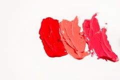 Lippenstift en lipgloss, dalingen en slagen van verschillende schaduwen om verschillende beelden in make-up tot stand te brengen royalty-vrije stock afbeeldingen