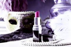 Lippenstift en parels Stock Fotografie