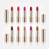 Lippenstift stellte mit verschiedenen Farben in der realistischen Art des Verpackungsgestaltungs-Kosmetikmodells auf weißem Hinte Lizenzfreie Stockfotografie