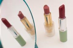 Lippenstift twee tegen de spiegel Stock Foto
