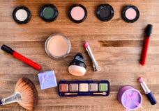 Lippenstift und Geschenkbox auf einem hölzernen Hintergrund Lizenzfreie Stockfotografie