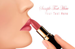 Lippenstift und glückliche weibliche Lippen über Weiß. Stockbild