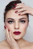 Lippenstift und Maniküre stockfotografie