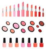 Lippenstifte, Gesichtspuder und Nagellack in zusammenpassenden Farben Lizenzfreie Stockfotos