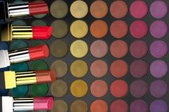 Lippenstiften op oogschaduwpalet vector illustratie