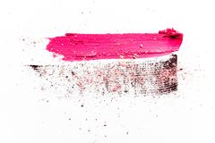 Lippenstiftfleck, Wimperntuschenanschlag und zerquetschter Lidschatten lokalisiert auf wei?em Hintergrund stockbilder