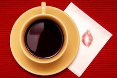 Lippenstiftkuß mit Tasse Kaffee Stockbilder