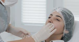 Lippenvermehrung, Abschluss oben Der Doktor Cosmetologist, der f?r Lippenvermehrungsverfahren einer Sch?nheit in a sich vorbereit stock footage