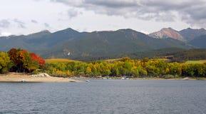 Liptovska Mara und Rohace im Herbst lizenzfreies stockfoto