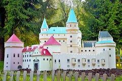 Liptovsky enero, Eslovaquia - 28 de mayo 2017: Miniatura del castillo francés de Bojnice en el ratio 1: 25 Eslovaquia hermosa Foto de archivo