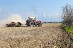 Liptovsky Hradok, Eslovaquia - 22 de abril de 2018: Tractor que tira de h imagen de archivo